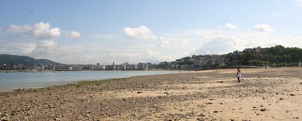 Playa de Ondarreta con piedras a la vista (imagen por Hostel World)